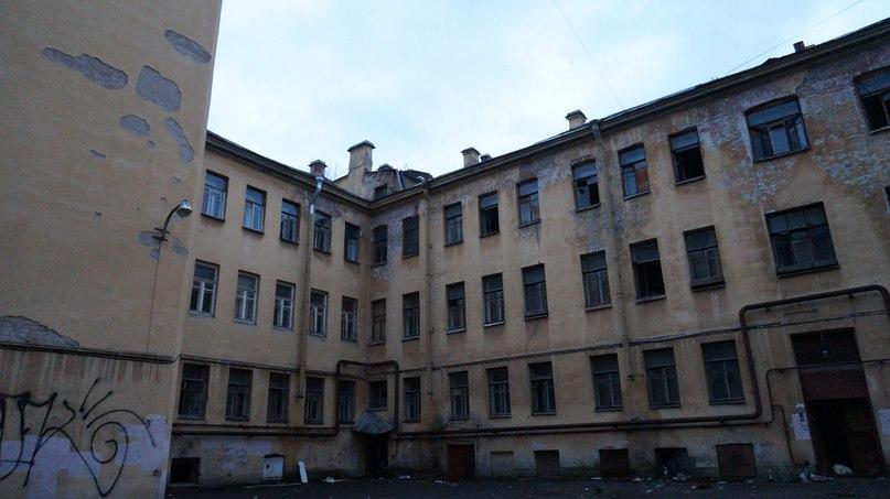 Заброшенный жилой дом с колодцем