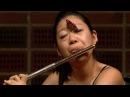 Бабочка села на лицо девушке во время игры на флейте.