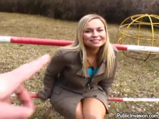 девка раздевается и сосёт на улице. публичный трах в общественных местах