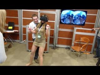Смелая девушка тестирует аттракцион виртуальной реальности