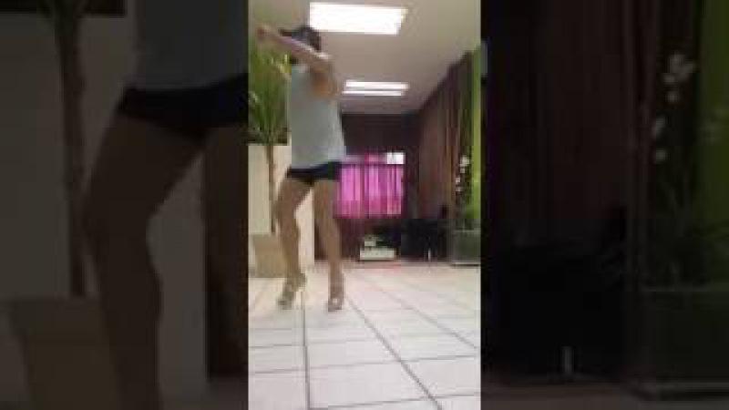 Парень классно танцует на женских каблуках )