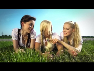 Три немки поют про животных.