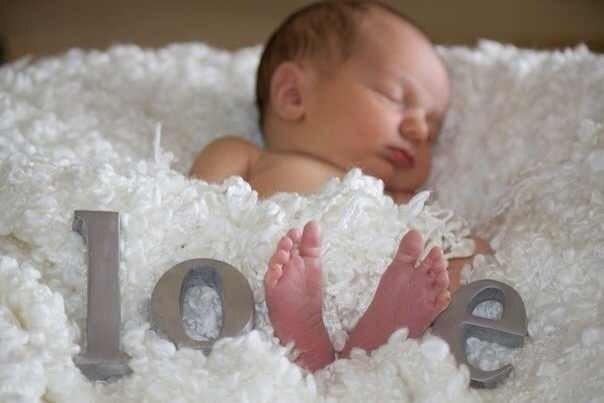 Делаем звук тихо-тихо, выключаем свет, включаем ночник, садимся рядом, включаем музыку... Спокойно поглаживаем малыша... и он засыпает... 😴