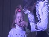 Маленькая девочка поет песню