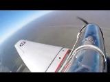 Парень прыгнул с самолета времен II Мировой войны