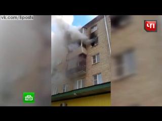 Семья и дети во время пожара спасаются, прыгая из горящей квартиры в оно вниз на растянутое полотно / Владимирская область
