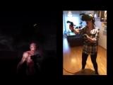Девушка играет в хоррор-игру в шлеме виртуальной реальности
