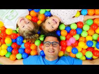 Nail Baba çocuklarla top havuzunda eğleniyor! Çocuk için Türkçe video!