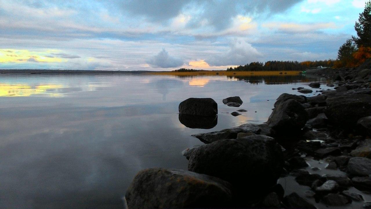 Неспешно вечер тучки нёс Над гладью озера в дремоте, По кронам сосен и берёз Лесов в осенней позолоте.