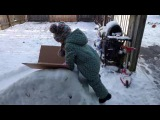 Дети делают горку и катаются   Как сделать залить горку из снега   Ледяная горка