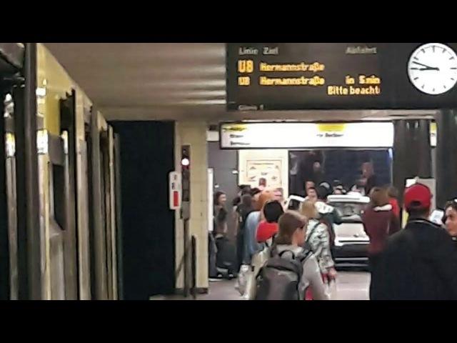 Берлин: Auto fährt in Berliner U-Bahn Station an der Bernauer Strasse Treppe hinunter I Unfall