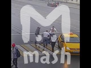 В Калининграде прохожие заступились за школьников, на которых напали на зебре