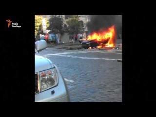 Палаючий автомобіль, в якому був Шеремет, після cмертельного вибуху