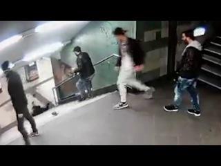 Беженец ударом ноги в спину сбросил женщину с лестницы. Берлин.