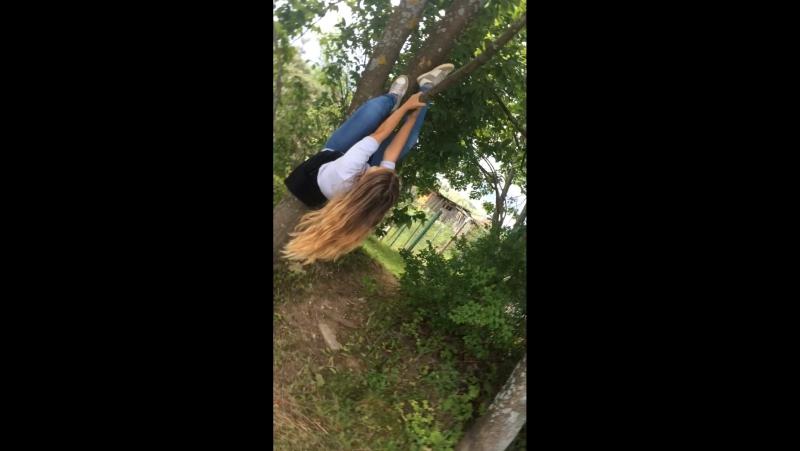 Еле еле залезла на дерево 😂😅💄👻😜😎😝😛😈😹