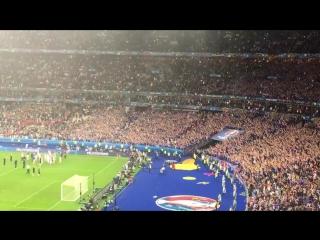 Игроки исландской сборной после матча подошли к своим фанатам и исполнили знаменитый ритуал