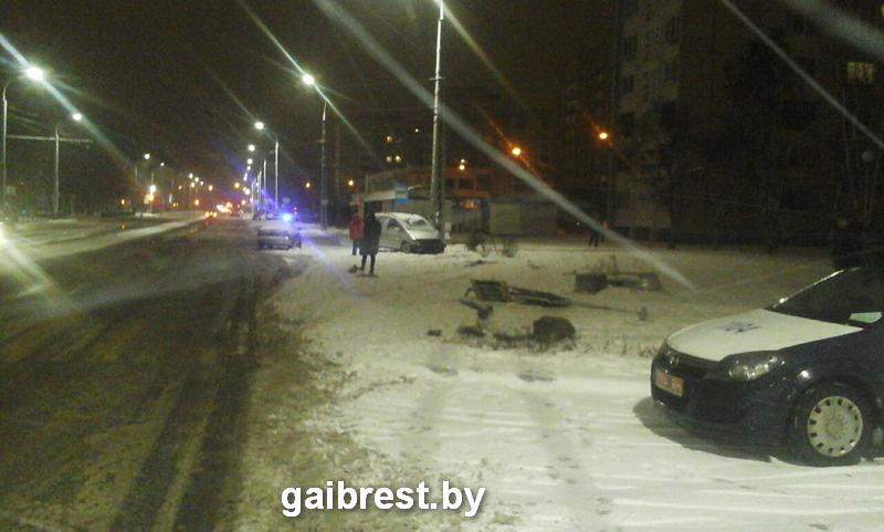 В Бресте пьяный водитель на Volkswagen Sharan снёс светофор