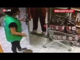 Охрана Пятёрочки избила покупателей из-за съеденного банана