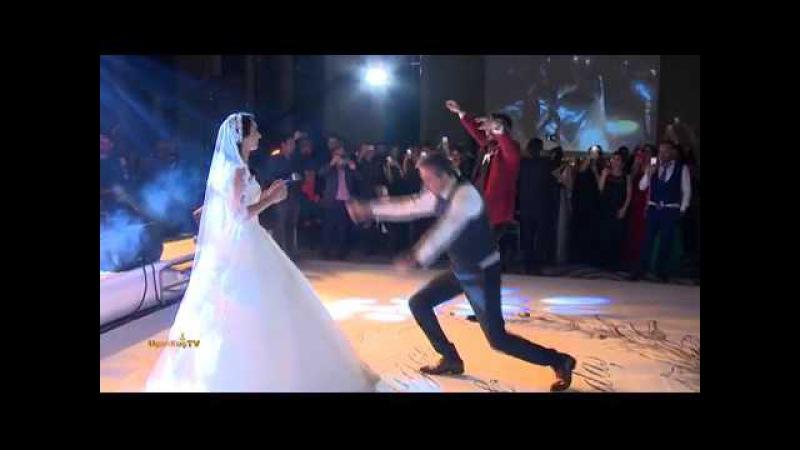 Erkan Petekkayadan düğünde zeybek şovu