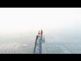 Руферы забрались на стрелу крана на вершине 600-метровой стройки
