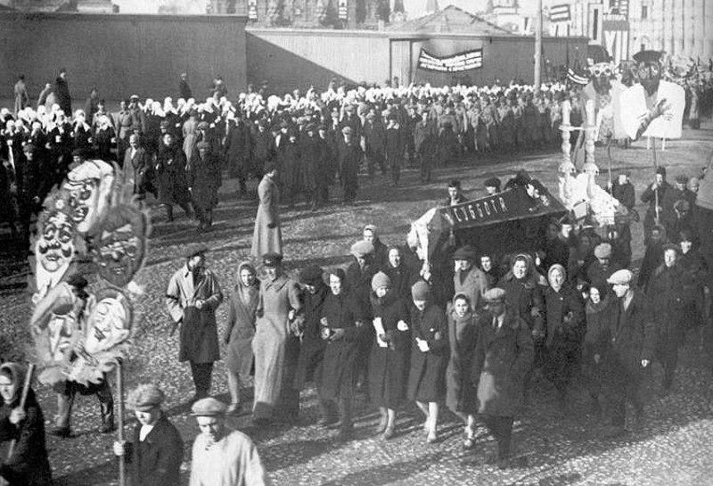 Колонна евреев-пролетариев хоронит субботу (шаббат), Москва, 7 ноября 1929 года.