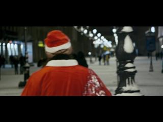Бездомные Деды Морозы поздравляют петербуржцев с Новым годом