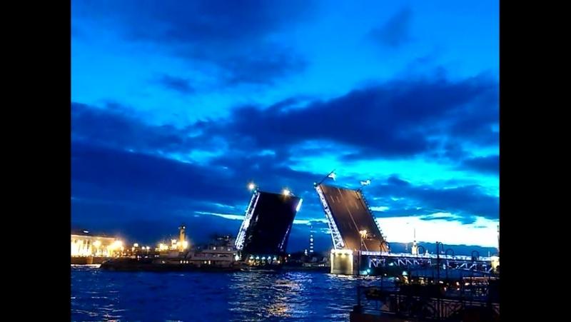 Разведенный Дворцовый мост, Нева, Адмиралтейская набережная.