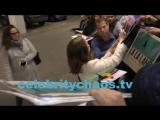 Эмма раздает автографы после конференции «Вопрос-ответ»/ ЛА - 24.-01.17