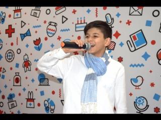 Нурлан Исмаилов, звезда Голос. Дети спел песню для своей сестры на сцене Детского города КидСпейс