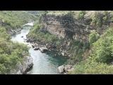 Что точно стоит увидеть - это каньон реки Морача. Река Морача весной развивает скорость до 113 кмч. Течет на высоте от 974 до 465 м над уровнем моря. Вода в реке прозрачная, изумрудного оттенка, в ней водится форель и другая рыба.