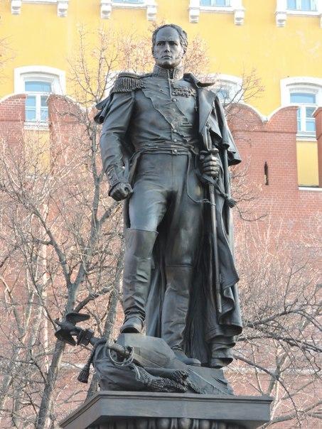 Памятник императору Александру I в Москве, у