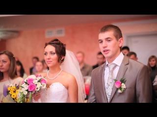 Очаровательная невеста и жених на свадьбе!
