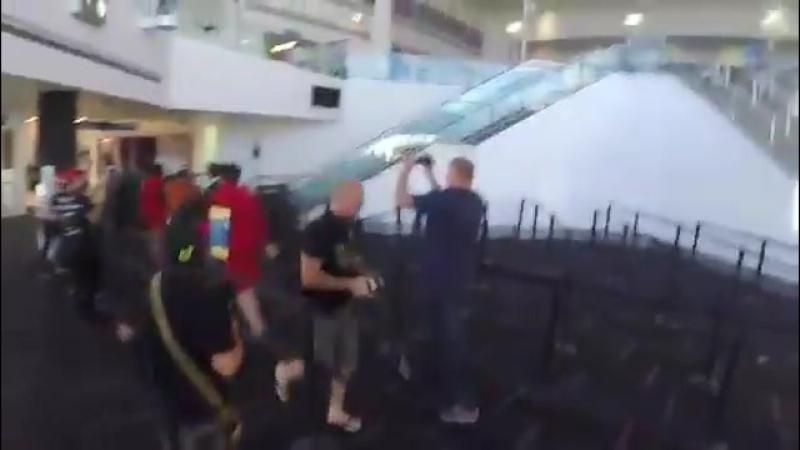 Эль прибывая в аэропорт elounor eleanorcalder louistomlinson