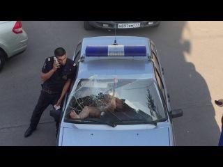 Drunk Woman Breaks Police Car Windshield with Bare Feet Пьяная баба выдавила лобовое стекло в полицейской машине