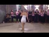 Шикарно девушка танцует
