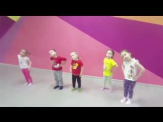 Детки развлекаются в Батутном Парке Небо