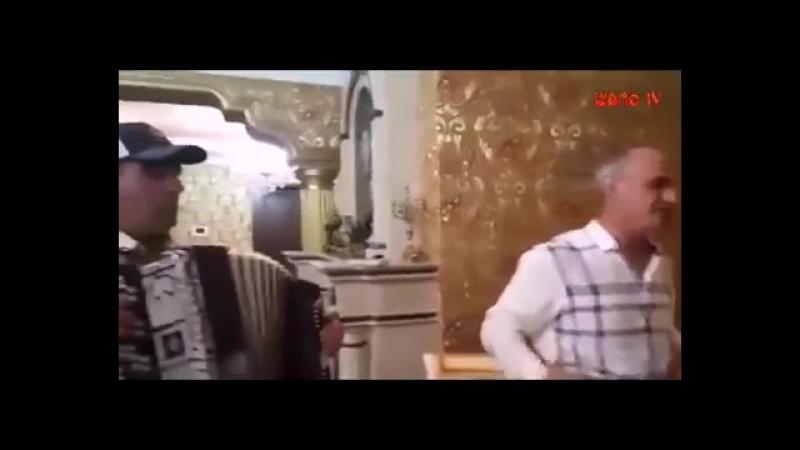 Асильдар Шахбанов поет на баяне