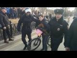 Задержание школьника на велосипеде. Антикоррупционный митинг Москва