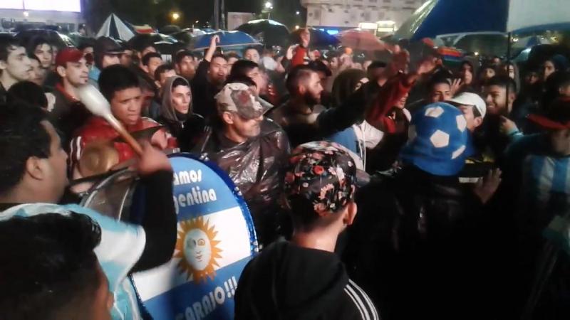 Cientos claman en Buenos Aires Messi, no te vayas Grabación por Javier Sinay- Corresponsal