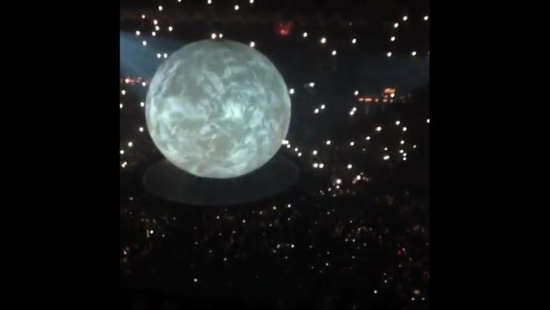 Drake chegando ao palco central. Trecho do verso de Giggs, que deve ser o feat. do som. BoyMeetsWorldTour Amsterdã