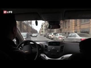 Парковку в Петербурге захватили бутылки с водой