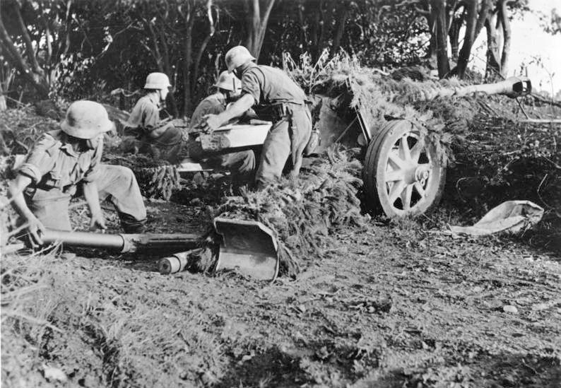 Немецкая противотанковая пушка Pak 40 с расчётом на позиции в районе Салерно, сентябрь 1943.