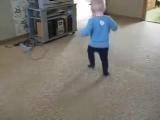 Малыш зажигает! Смешные танцы!