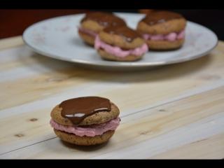 Шоколадные пирожные «Вупи пай» с лесными ягодами