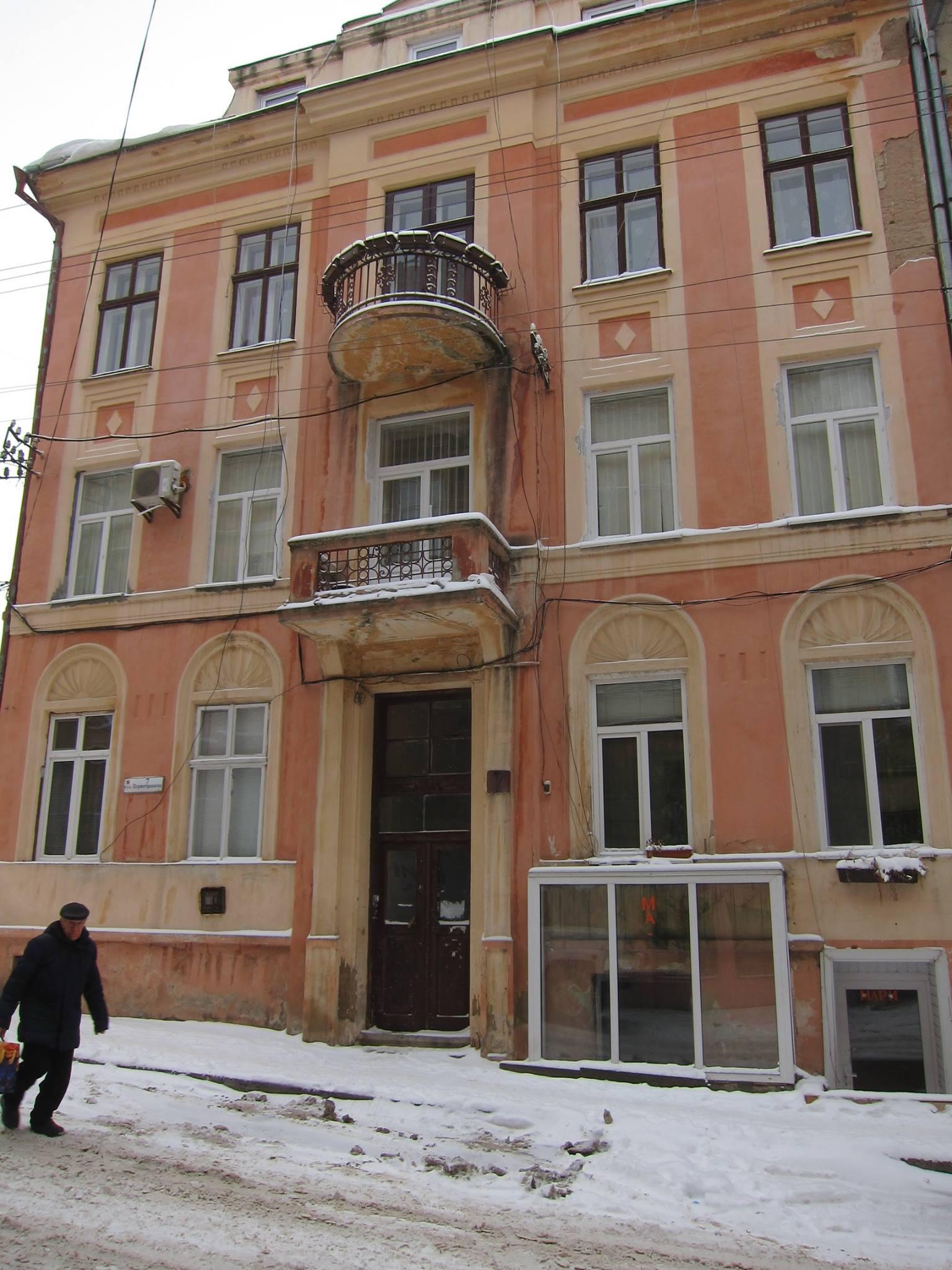 Олена Пушкова зупинила незаконну заміну дверей в історичному центрі Чернівців. Собою (ФОТО)