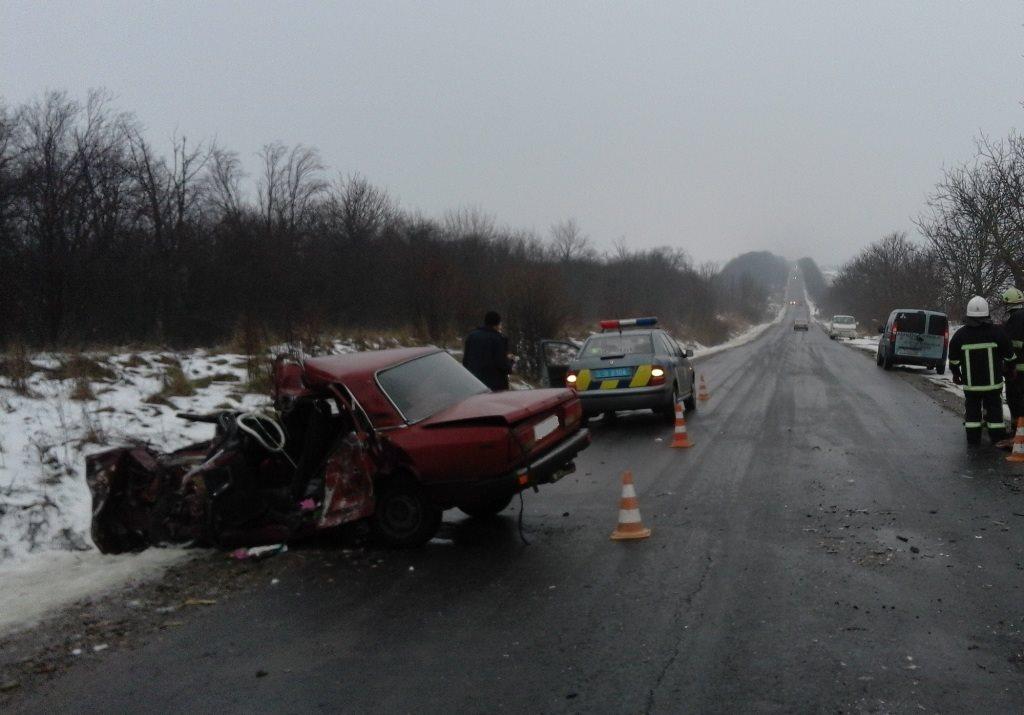 ДТП на Заставнівщині: з понівеченої машини дістали трьох постраждалих