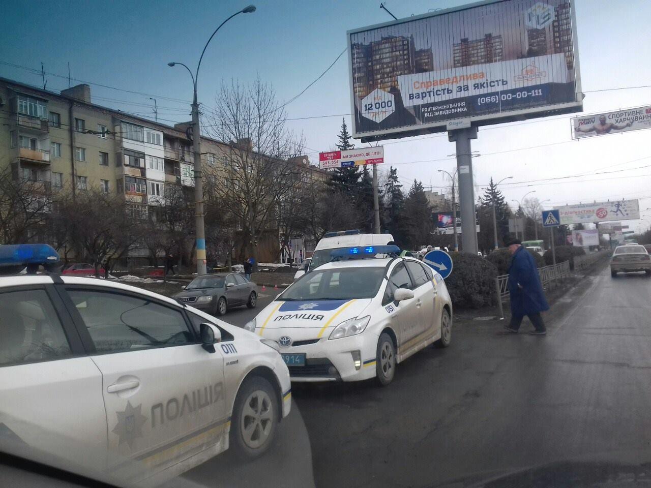 """ДТП на проспекті Незалежності: """"швидка"""" зіткнулася з двома автівками (ФОТО)"""