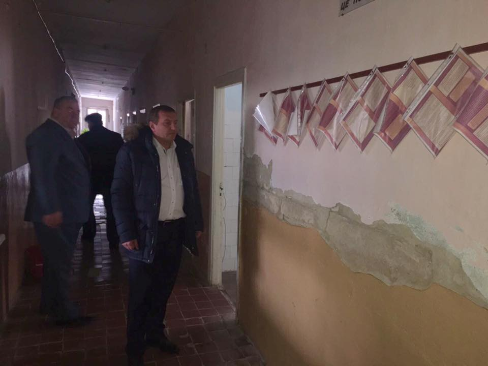 На ремонт Путильської лікарні потрібен мільйон гривень. А доти — ями у підлозі й облуплені стіни (ФОТО)