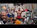 Терри Крюс играет мышцами на ударной установке