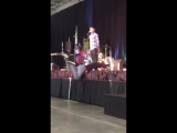 Джаред залезает на сцену